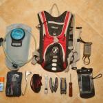 Tool Pack KIT by Swen: camelbak 2l, GPS Dakota 10, telefon w wodoszczelnym pokrowcu, apteczka motocyklowa (koc NRC, opatrunki, bandaże i plastry), chusteczki higieniczne, klamka sprzęgła, taśma nylonowa 10 mb, klucz płaski 13/15, klucz płaski 8/10, multitool, zestaw imbusów, śrubkręt płaski/krzyżowy. Trytki wożę przypięte na przedniej ladze :)